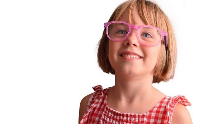 Une enfant avec des lunettes